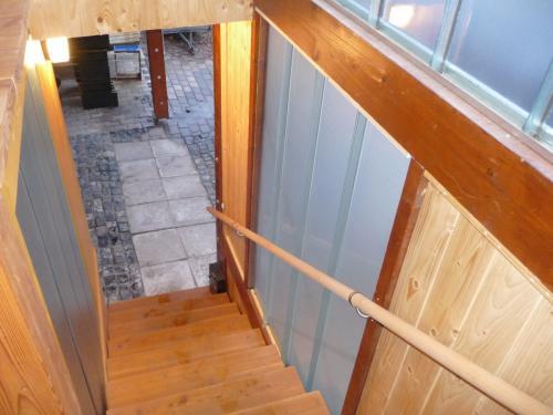 Blick von der Treppe in den Carport