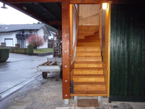 Holztreppe zur Eingangstür