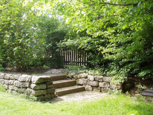Ferienhaus mit Garten, Natursteintreppe mit Trockenmauer
