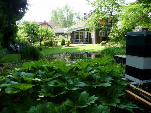 Ferienhaus mit Garten, Bienenstock