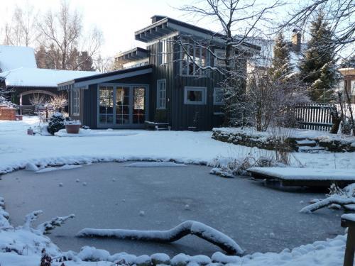 Ferienhaus mit Garten im Winter